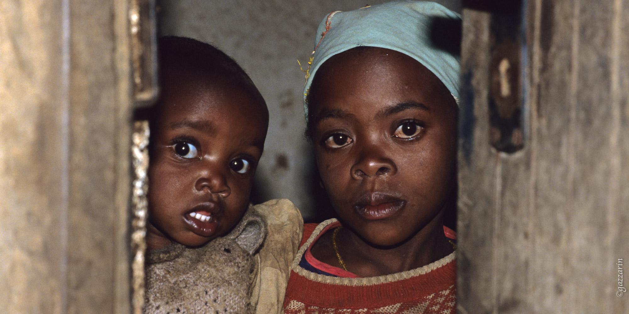 Schwestern an der Tür (Tanzania)